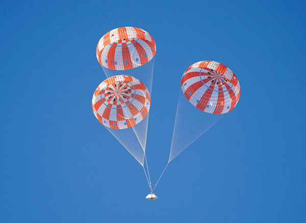 Orion and its parachutes during test flight
